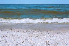 Havsvåg på en sandig strand Royaltyfri Bild