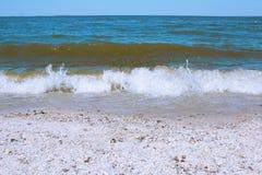 Havsvåg på en sandig strand Fotografering för Bildbyråer
