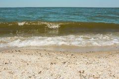 Havsvåg på en sandig strand Arkivfoton