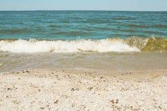 Havsvåg på en sandig strand Royaltyfria Bilder