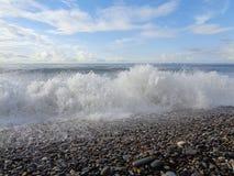 Havsvåg på Pebble Beach Royaltyfri Bild