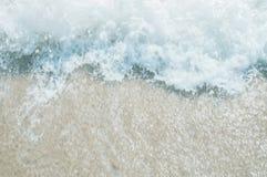 Havsvåg på sandstranden royaltyfri foto