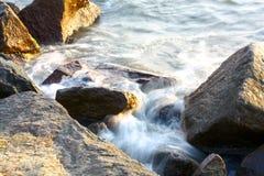 Havsvåg på stenarna arkivbild