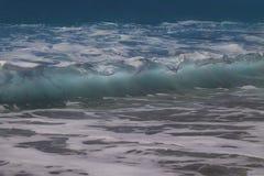 Havsvågbakgrund Sikt av vågorna från stranden royaltyfria foton