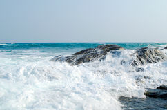 Havsvågen kraschas om kusten och vaggar royaltyfri fotografi