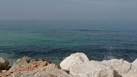 Havsvågor bryter mot en sten på kusten