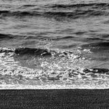Havsvågor och Pebble Beach Royaltyfri Foto