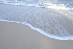 Havsvågor på den rena stranden med solljus royaltyfri fotografi