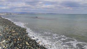Havsvågor rullande på Pebblet Beach stock video