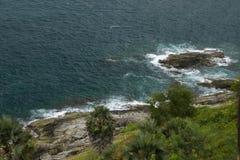 Havsvågor som över kraschar, vaggar Arkivfoto