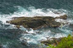 Havsvågor som över kraschar, vaggar Arkivbild