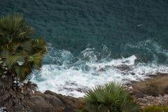 Havsvågor som över kraschar, vaggar Arkivbilder