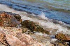 Havsvågor som över plaskar, vaggar Royaltyfri Foto