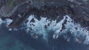 Havsvågor som bryter i reverna och kusten av Sonabia, Spanien, Cantabrian hav - lång exponering arkivfilmer