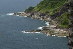 Havsvågor som kraschar mot, vaggar Arkivbild
