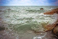 Havsvågor som kraschar mot, vaggar, Koh Samui Arkivbild