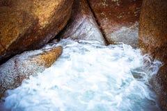 Havsvågor som kraschar mot, vaggar, Koh Samui Royaltyfria Bilder