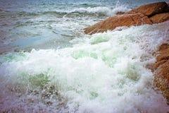 Havsvågor som kraschar mot, vaggar, Koh Samui Royaltyfri Foto