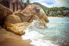 Havsvågor som kraschar mot, vaggar, Koh Samui Royaltyfria Foton