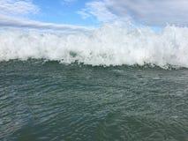 Havsvågor som når att svepa till kusten royaltyfri foto