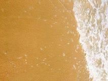 Havsvågor som når att svepa till kusten royaltyfria foton