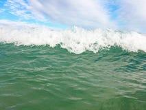 Havsvågor som når att svepa till kusten royaltyfri fotografi