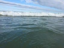 Havsvågor som når att svepa till kusten fotografering för bildbyråer