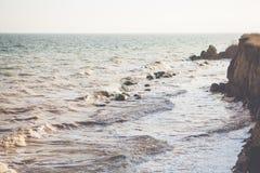 Havsvågskum på vaggakusten Royaltyfri Fotografi