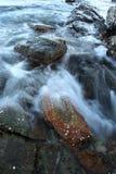 Havsvågslut upp med stenen Arkivfoton