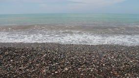 Havsvågtakt på stenig kust på invallningen av den georgiska staden av semesterorten av Batumi stock video