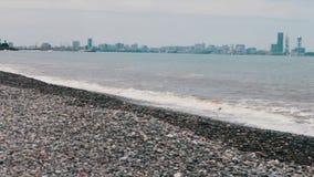Havsvågtakt på stenig kust på invallningen av den georgiska stadssemesterorten av Batumi arkivfilmer