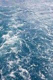 Havsvatten med bubblavågor abstrakt bakgrund Arkivbilder