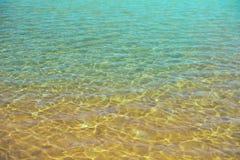 Havsvatten och sand på havsstranden Abstrakt textur med kopieringsutrymme för din text Sommar, ferie och loppbegrepp Royaltyfria Foton