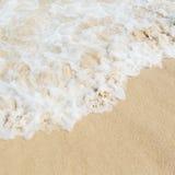 Havsvatten på sandstranden Royaltyfri Bild