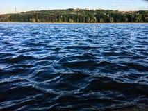 Havsvatten vinkar bakgrund royaltyfria bilder