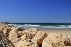 Havsvägg med den lilla fyren på medelhavet i Herzliya Israel Arkivfoto