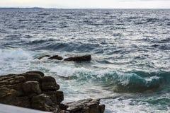 Havsvågor blått och gräsplan Royaltyfria Foton