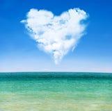 Havswaves och blå sky med molnig hjärta Royaltyfri Fotografi