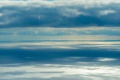 Havsyttersida i strålarna av solen som igenom bryter arkivbild