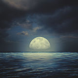 Havsyttersida under stormiga himlar för natt royaltyfri bild