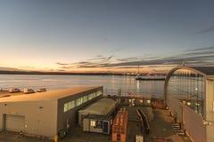 Havterminal- och Southampton vatten på skymning Royaltyfri Bild