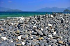 Havvåg med Pebble Beach Royaltyfri Fotografi