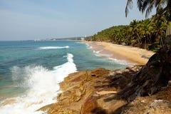 Havvåg med Rocky Cliffs And Palm Trees Arkivfoton
