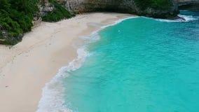 Havvåg på den tropiska stranden Vitt sand- och kristall-blått hav flyg- sikt stock video