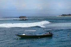 Havvåg på det blåa havet Fotografering för Bildbyråer