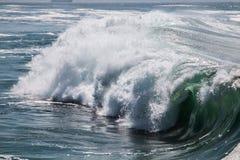 Havvåg som bryter från sidan arkivfoto