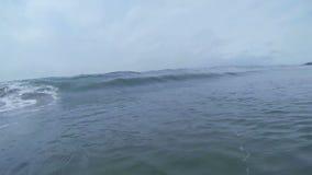 Havvåg som bryter på stranden i Kalifornien arkivfilmer