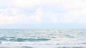 Havvågen slogg stranden, havsvågor med vågen som kraschar på sandig kust arkivfilmer