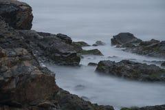 Havvågor över vaggar på Cliff Walk i Rhode - ön Royaltyfri Bild