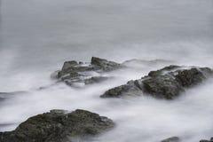 Havvågor över vaggar på Cliff Walk i Rhode - ön Royaltyfri Fotografi